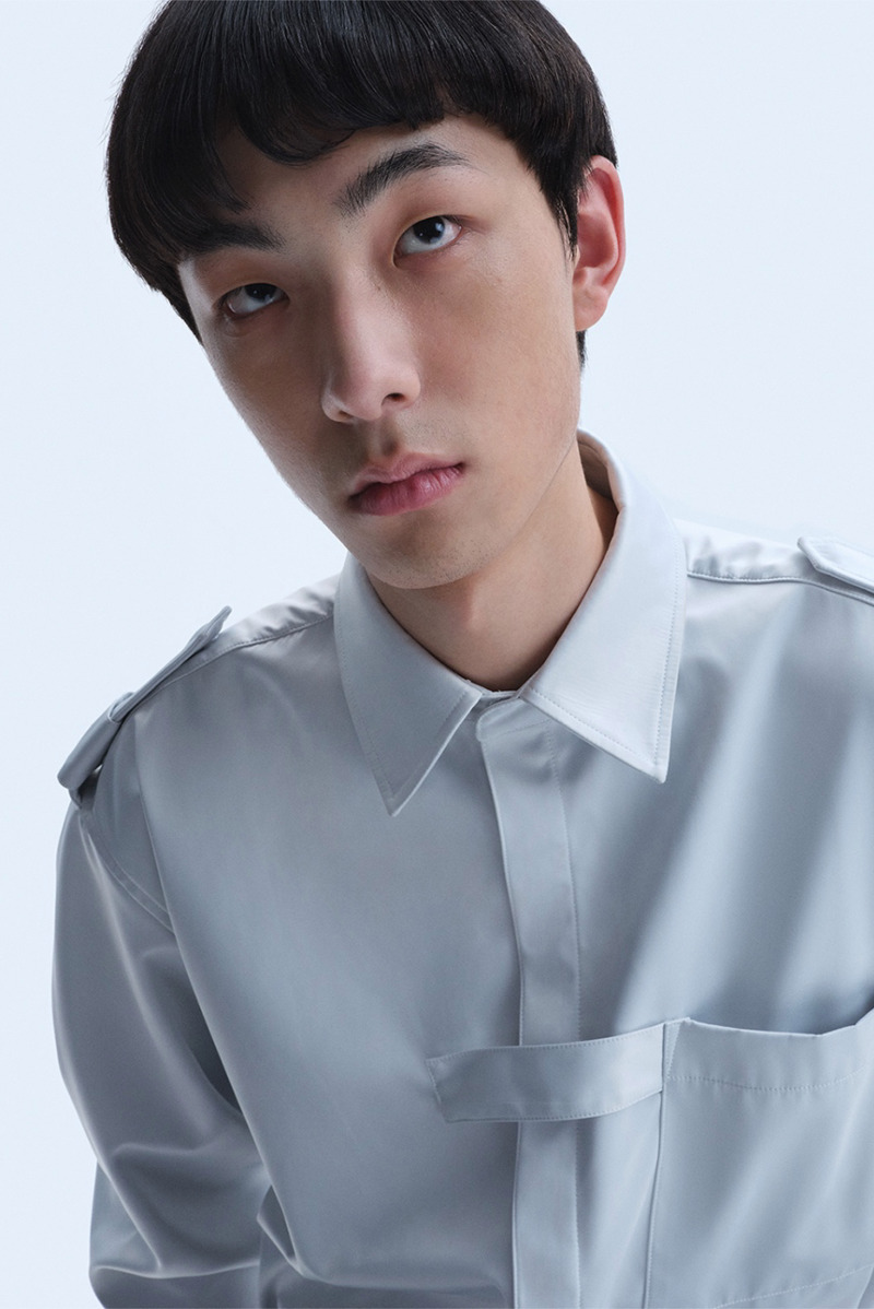 The first version of the Supernatural, Extraterrestrial & Co. uniform shirt was the SS18 version. The part where the tie can be placed on the chest is the iconic detail of this product.