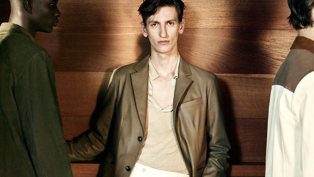 The Canali Spring-Summer 2022 collection immerses itself in the Los Angeles of the 1990s. The pieces from this Canali collection merge with the city, creating unexpected combinations.