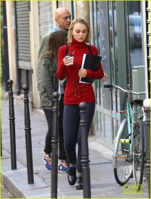johnny-depp-is-proud-of-daughter-lily-roses-sexuality-10