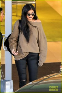 kendall-kylie-jenner-tyga-frozen-yogurt-car-05