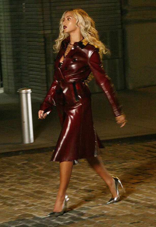 beyonce-nyc-burberry-metal-collar-trench-coat