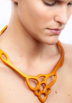 auralma22_bc005an_crisalide-arancio_indossata_alluminio-anodizzato_03