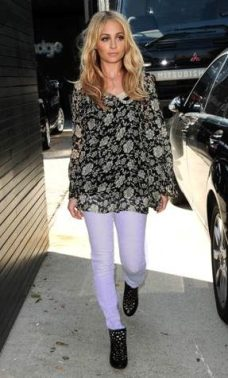 NICOLE-ritchie-wearing-denim-skinnys-in-lavender-on-FashionDailyMag