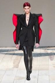 Alexander McQueen fall 2020 paris fashion week photo Imaxtree FASHIONDAILYMAG brigitteseguracurator 7