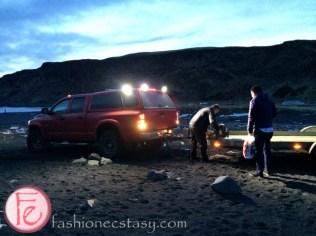 冰島二輪傳動車被拖吊中。。。 (getting our car towed on Black Sand Beach, Iceland)