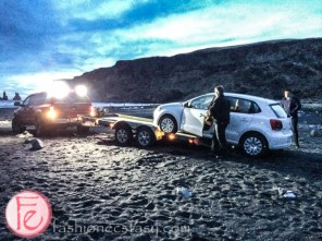 二輪傳動車被拖吊中。。。 (getting our car towed on Black Sand Beach, Iceland)