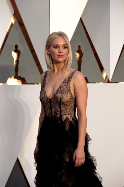 oscars 2016 Jennifer Lawrence red carpet
