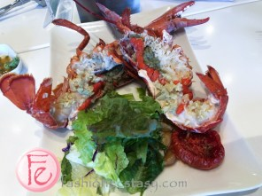 清蒸緬因州活波士頓龍蝦佐蒜香奶油及鹽烤檸檬襯搭配有機水耕蔬菜 (Boston Lobster with Garlic Butter and Lemon Wedge & Hydroponic Salad) - NT $1,680