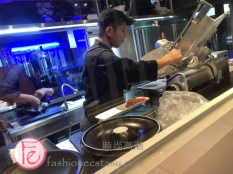 鍋&BAR開放式廚房現場消火鍋肉 ( Guo & Bar's open kitchen slicing hotpot meat on site)