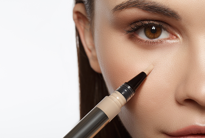 Tips-for-Choosing-and-Using-Concealer-Correctly-woman-applying-concealer