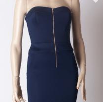 Flott marineblå feminin kjole fra SistersPoint.
