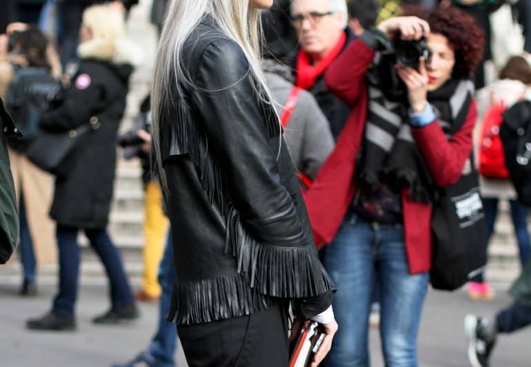 clochet-streetstyle-outfit-paris-fashion-week-sara-harris-fringe-leather-jacket_