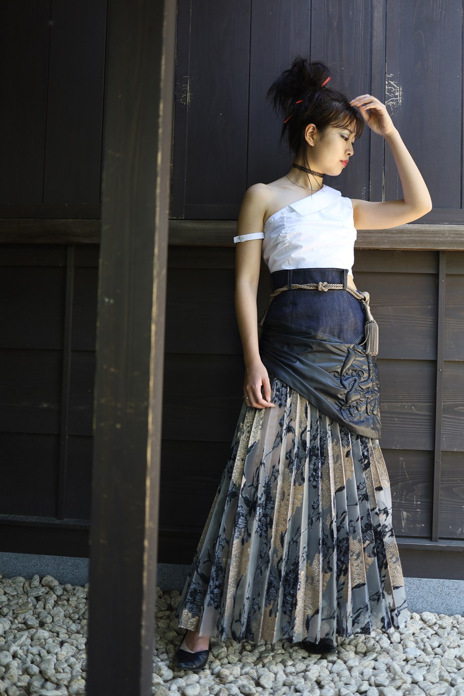 Asymmetric white cotton top with collar and pleated skirt with denim yoke