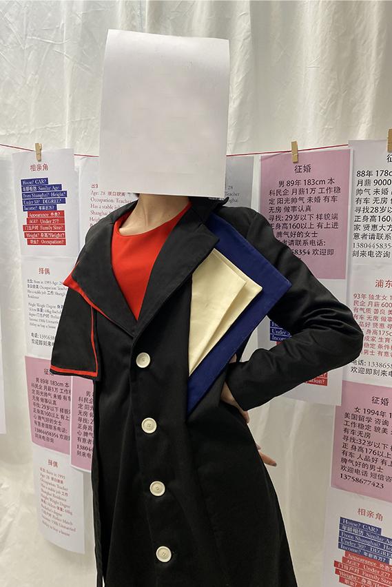 Photo 2 -  A black coat with asymmetrical lapels (detail)