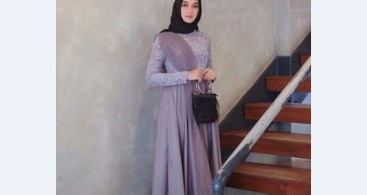 Model Kebaya Brokat dengan Aksen Selendang Bahu Soft Purple