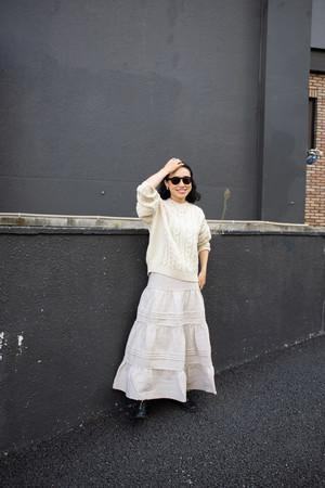 ファッションエディター小林 文氏と、はたらく女性に寄り添うブランドAresense(アーセンス)が残反を使用した大人なティアードスカートを販売