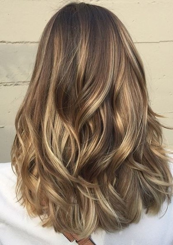 Layered blonde and brown hairstyle mix hairstyles 2021 women