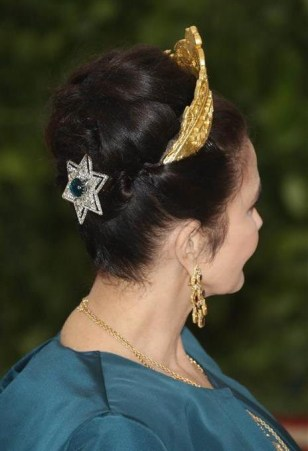 side view of lynda Carter's beauty and hair look at the 2018 met gala, complemented with an emerald star hair clip
