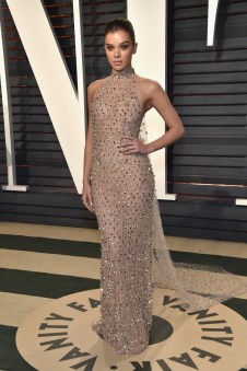 BEVERLY HILLS, CA - FEBRUARY 26: Actor Hailee Steinfeld attends the 2017 Vanity Fair Oscar Party hosted by Graydon Carter at Wallis Annenberg Center for the Performing Arts on February 26, 2017 in Beverly Hills, California. (Photo by Pascal Le Segretain/Getty Images)