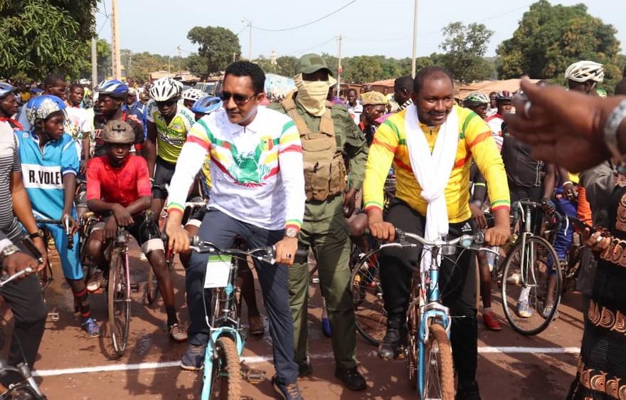 Cyclisme : Le ministre Mossa Ag Attaher lance le tournoi « Assimi Goita » à Niena
