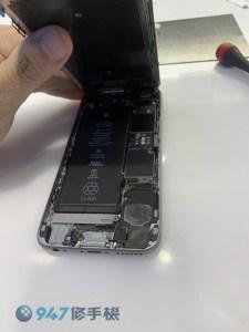 充電整晚冒出焦味的iPhone6 電池過充燒壞了! iPhone 手機維修