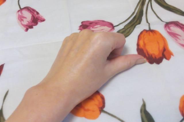 ナールスロゼ_ジェルを手の甲に擦り込んだ状態 - コピー