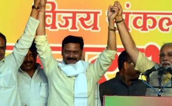 SANJAY PATHAK MLA, कांग्रेस विधायक संजय पाठक का हाथ पकड मोदी ने उनके साहस पर दी उनको बधाई.