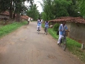 सडक छोड सडक के किनारे साईकिल चलाने पर मजबूर.