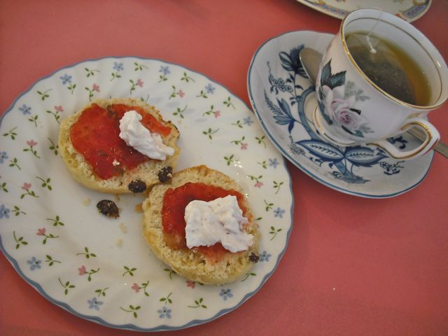 https://i0.wp.com/fatgayvegan.com/wp-content/uploads/2011/06/tea-and-scones.jpg?fit=640%2C480&ssl=1