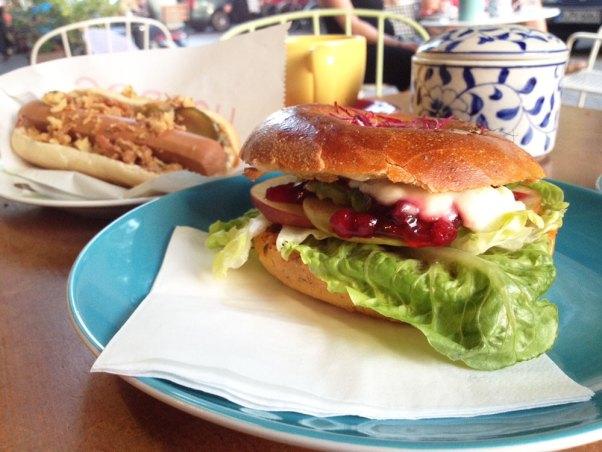Geh Veg Berlin, bagel and vegan hot-dog
