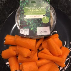 Raw carrots and a pot of houmous