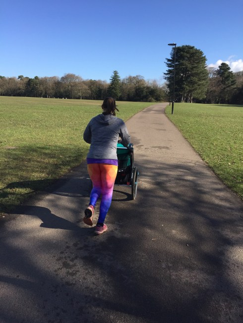 Tamsyn wearing GearBunch leggings and running with Thule Chariot Lite