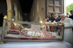 POPE PLACES WHITE STOLE ON REMAINS OF 13TH-CENTURY POPE