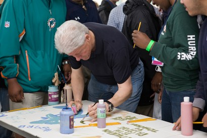 Bill Clinton creates Carrfour mural