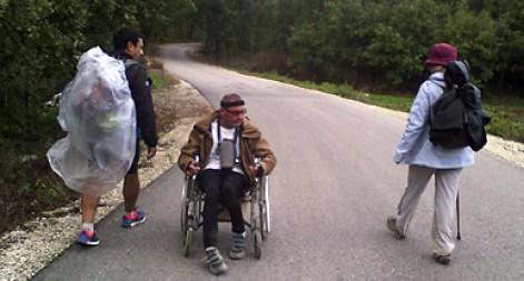 Resultado de imagem para Peregrino de cadeira de rodas vai fazer caminho até Santiago de Compostela