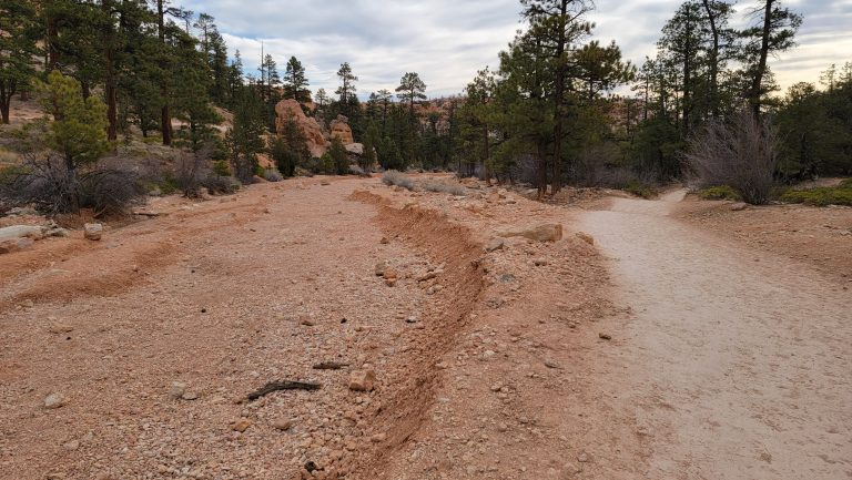 A dried up riverbed that needs to be crossed to continue onto the Peek-a-Boo Loop trail.