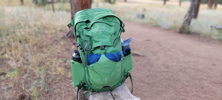The two flexible pouches on the sides of the Osprey Manta 24 backpack are perfect for water bottles.