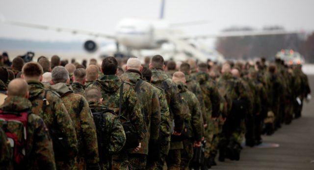 Soldados alemães embarcando em um avião de transporte - Fatos Militares