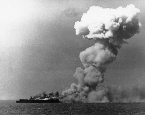 o-porta-avioes-uss-princeton-em-chamas-durante-a-batalha-do-golfo-de-leyte