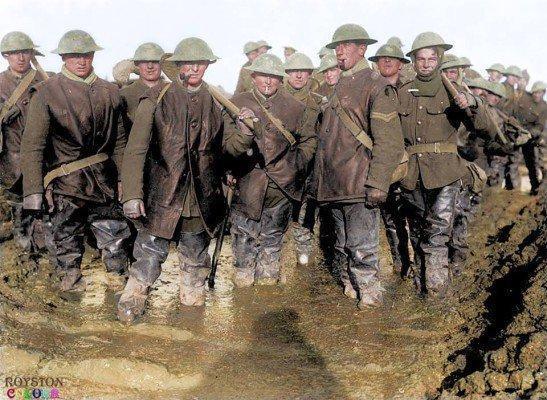 os-soldados-britanicos-em-pe-na-lama-na-linha-de-frente-na-franca