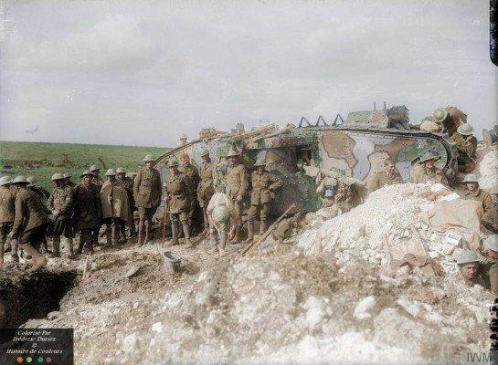 um-brigadeiro-e-sua-equipe-fora-do-tanque-17-de-d-company-que-foi-usado-como-sua-sede-perto-flers-21-de-setembro-de-1916