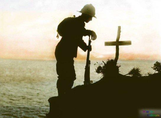 um-soldado-britanico-visita-o-tumulo-de-um-camarada-ao-por-do-sol-sobre-as-falesias-acima-do-cabo-helles-gallipoli-em-1915