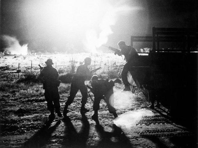 Tropas australianas saindo de um veículo de transporte