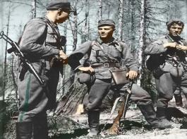 Lauri Törni (meio) como tenente finlandês na década de 1940. - Fatos Militares