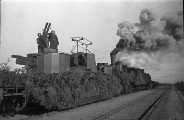 Duas metralhadora antiaérea em um trem blindado soviético