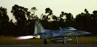 F-5 EM da FAB decolando.