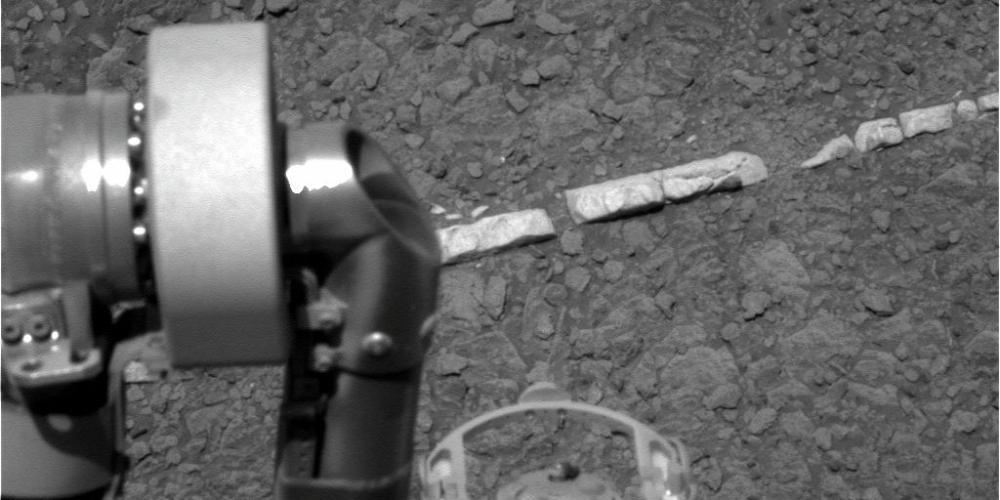 Sonda Opportunity fotografou uma estranha formação no solo do planeta Marte. (1/2)