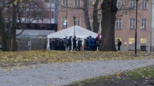 Människor med behov av hjälp får frukost vid en av kyrkorna i centrala Stockholm en tidig vardagsmorgon. Foto: Fatou Touray