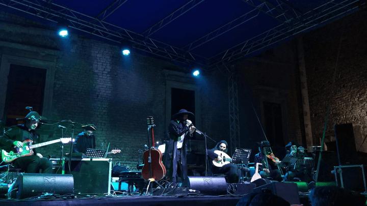 Vinicio Capossela a Sermoneta, concerto immaginifico tra uomini e bestie