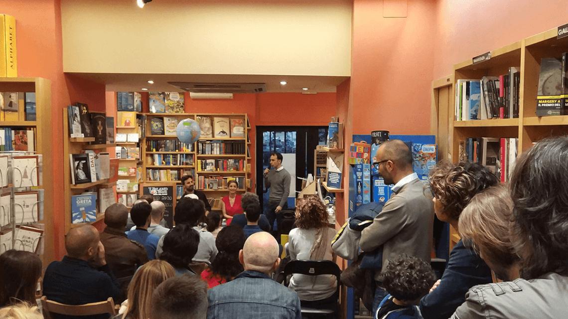Andrea Delogu a Cisterna, fa esplodere la libreria Voland